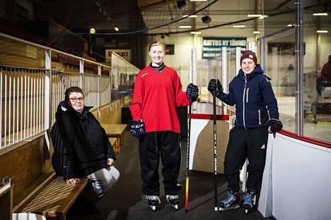 Puheenjohtaja Tiia Keskinen (vas.), kapteeni Kaisa Viren ja päävalmentaja Jonna Satama ovat yksiä kärkinimistä, jotka johdattavat Nokian Urheilijat mestaruusjahtiin.