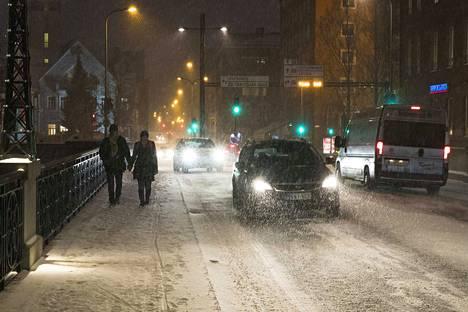 Tampereella pyryttää lunta torstaiaamuna. Lumisateen ennustetaan taukoavan iltapäivään mennessä, mutta alkavan uudelleen varhain perjantaiaamuna.