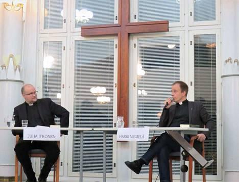 Kummasta tulee Jämsän seuraava kirkkoherra? Harri Niemelä (oik.) ja Juha Itkonen olivat yleisön tentissä keskiviikkona.