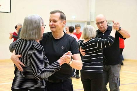 Keijo Nieminen toimii Himos Tanssijoiden treeneissä jatkovartena eli kokeneena tanssijana, joka auttaa aloittelijoita lajin saloihin.
