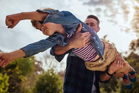 Lapsen on helpompi samastua sellaiseen vanhempaan, joka tyrii välillä, kuin sellaiseen, joka esittää jotain ihme tuutoria jatkuvasti.