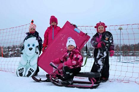 Alma Urjonen, Sofia Tupeli, Hilma Urjonen ja Alisa Tupeli testasivat neljä eri välinettä Himoksen pulkkamäessä. Liukumatto vei testin voiton keräämällä kolme ykkössijaa.