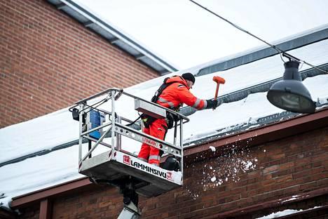 Jani Rautanen Lamminsivu Oy:sta pudotti perjantaina lunta katolta Satakunnankadulla. Rautanen otti lumiesteiden edessä ja päällä olevat lumet ja jäät pois, jotka ensimmäisenä tulisivat alas.