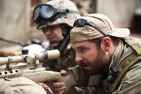 Bradley Cooper on tarkka-ampuja Chris Kyle American Sniper -elokuvassa, joka perustuu löyhästi tositarinaan. Kyle teki työtään Irakissa 2000-luvun alkupuolella.