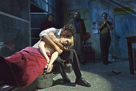 Helena Juntusen Mimi kokee traagisen lopun Jesus Garcian Rodolfon sylissä Tampereen oopperassa.