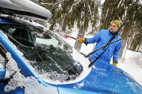 Kun perheen Nissan jäätyi myyjäliikkeen asentamasta viimasuojasta huolimatta uudelleen, Tuomo Kärki alkoi vaatia koko kaupan purkamista tai vaihtoa uuteen autoon.