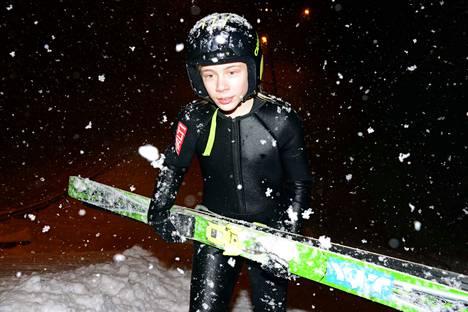 Tatu Räikkönen kapuaa portaita K6-hyppyrin ylämäkeen. Lunta on paljon, ja sitä tuli viikon aikana rutkasti lisää Eerolan rinteeseen. Hiihtolomaviikon mäkikoulu onnistuu tänä talvena loistavasti olojen puolesta.