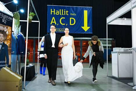 Tampereen häämessuilla ei ole tätä ennen menty naimisiin. Kuvaa varten hääpari lainasi käyttöönsä puvut käytettyjen hääasujen myyntiosastolta. Varsinaisen hääpuvun ovat tehneet Tredun opiskelijat.