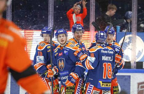 Anton Ollikainen pääsi joukkuetoverien ja Hakametsän keskipisteeksi toisessa erässä.