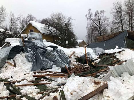 Navetan katto on romahtanut lumikuorman alla Urjalan Syrjäntiellä perjantain ja lauantain välisen yön aikana.