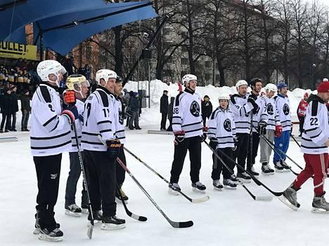 Niinistön joukkueessa pelasivat tamperelaista huippujääkkiekkoväriä tapahtumaan tuoneet Teppo Numminen (sininen kypärä) ja Ville Nieminen (17).