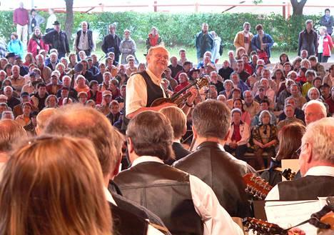 Täysi areena Heikki Lahden takana ja sata mandoliinia edessä. Mestaripelimanni johti orkesteria Kaustisilla vuonna 2007.