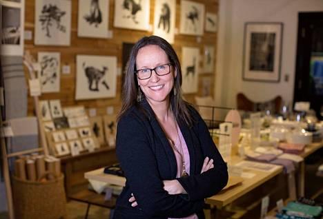 Annika Caldwell pyörittää Renossa, Nevadassa pohjoismaisiin design-tuotteisiin erikoistunutta yritystä. Sitä ennen hän toimi avustustyöntekijänä eri puolilla maailma pari vuosikymmentä.