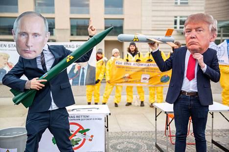 Berliinissä Yhdysvaltain lähetystön edessä nähtiin helmikuun alussa Trumpiksi ja Putiniksi naamioituneita INF-sopimusta puolustaneita mielenosoittajia.