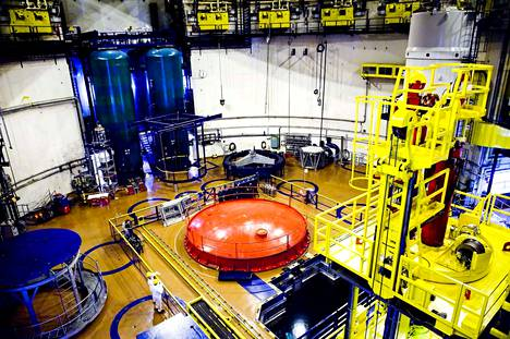 Loviisassa pohditaan, tuodaanko voimaloiden jatkolupa seuraavan hallituksen pöydälle vai valmistaudutaanko purkutöihin. Kuvassa reaktorihalli.