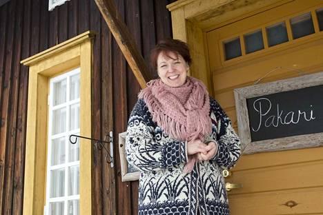 Kahvilayrittäjä Heli Parikka-Makkonen näkisi mielellään Pakarissa sääksmäkeläisiä perinnekäsitöiden taitajia. 1700-luvulla valmistunut Pakari on alueen vanhin säilynyt rakennus. Aikoinaan rakennuksessa on ollut kartanon keittiö. Nykyisin Valkeakosken kaupunki vuokraa tiloja yrittäjille.