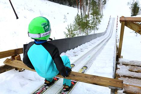 11-vuotias Daniel Koppinen harjoittelee hyppäämistä K25 mäestä.