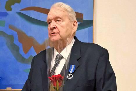 Kuntaliitto myönsi Tuomo Nenoselle hopeisen kunniamerkin tunnustuksena ansiokkaasta yhteiskunnallisesta toiminnasta. Nenonen on toiminut Nokian kaupunginvaltuustossa yhtäjaksoisesti 50 vuotta.