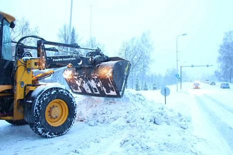 Lumien auraus on ajankohtainen puheenaihe myös Sastamalassa. Tässä tehdään lumikasaa Vammaskosken sillan kupeessa.