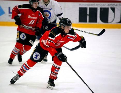 Veeti Ahmaoja teki Pyryn voittomaalin Kiekko-Espoota nuorten Suomisarjan ottelussa.