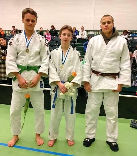 Nokian Judo menestyi nuorten SM-kilpailuissa. Keskellä Suomen mestari Anton Kauranen ja vieressä vasemmalta pronssimitalistit Samuel Terno ja Eetu Ihanamäki.