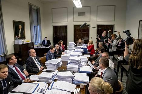 Eduskunnan perustuslakivaliokunnan paperiröykkiöt kertovat, kuinka isosta ja monimutkaisesta asiasta sote- ja maakuntauudistuksessa on kyse.