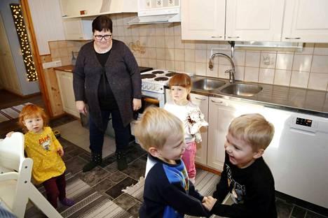 Niina Raitasen kotona Luvialla käyvät hoidossa Veera ja Siiri Lattu sekä Urho Mäki ja Noel Koivisto. Kohta lähdetään ulos. Uunissa valmistuu sillä välin makaronilaatikko.