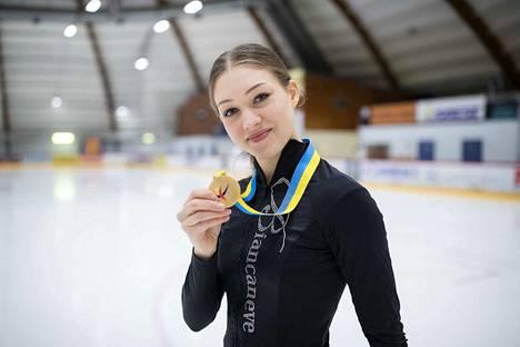 Ensi vuoden EM-kisoihin Suomi saa kolme luistelijaa. Jenni Saarinen aikoo olla yksi heistä. Hän voitti helmikuussa Pohjoismaiden mestaruuden.