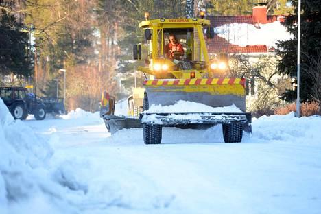 Jyräkauha ajoi tiistaina päivällä tietä tasaiseksi ja leveämmäksi Tallinmäessä. Traktori tuli perässä ja siivosi pienempiä jälkiä.