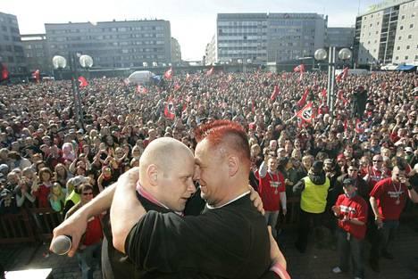 Pasi Peltonen ja Olli Lindholm halasivat tunteikkaasti Ässien hopeajuhlissa keväällä 2006 Porin torilla. Taustalla velloi hurjimpien arvioiden mukaan peräti 15 000 ihmisen muodostama yleisömeri.