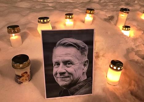 Ihmiset ovat tuoneet jo ensimmäisiä kynttilöitä Olli Lindholmin muistolle Porin torille.
