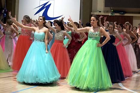 Nokian lukion vanhojen tansseissa nähtiin silmiähivelevää pukuloistoa myös vuonna 2016.