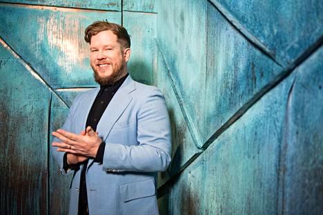 Samae Koskinen esiintyy tällä hetkellä Tähdet Tähdet -ohjelmassa. Hän saapuu myös Keltaiselle talolle keikalle.