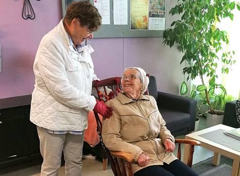 Lahja Nieminen (vas.) toimii Kirsti Laaksovuoren vapaaehtoisena ystävänä. Naiset tulivat yhdessä käymään Seurahuoneenkadun Kohtaamispaikalla ja Lähitorilla.