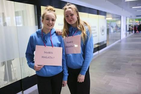 Veera Haapala ja Jasmin Heikkilä antoivat halauksia ja karkkeja Koskikaran toisessa kerroksessa.