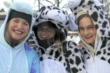 Naantalin lukion abiturientit Nea Palletvuori, Fia Holmberg ja Essi Leandersson nauttivat torstaina penkinpainajaistunnelmasta.