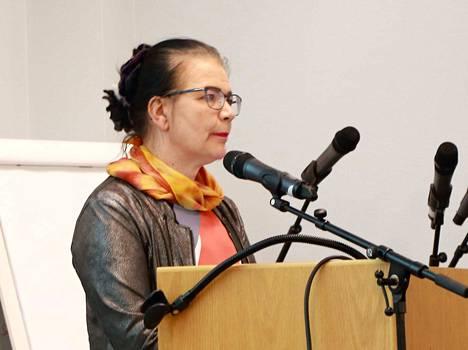 Leena Kilpeläinen avasi sivistystoimen säästöesityksiä viime keväänä myös valtuustossa.
