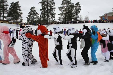 """Kankaanpään yhteislyseon abit juhlivat perinteisin menoin """"Lukion montulla""""."""
