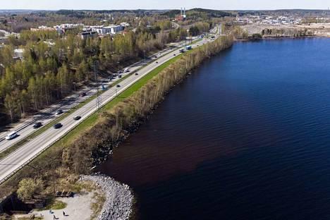 Näsijärveä aiotaan täyttää raitiotien pohjaksi Vaitinarossa. Vaitinaro sijaitsee Santalahden ja Lielahden välissä. Pohjaveden turvaamiseksi rantaan suunnitellaan nyt jätettäväksi 36 metrin levyinen kanava.