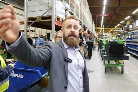 Tuotantoinsinööri Roope Aaltosen mukaan Ylöjärven tehtaassa leikataan laserleikkureilla kuormaajien tuotantoon noin kolme miljoonaa kiloa terästä vuodessa.
