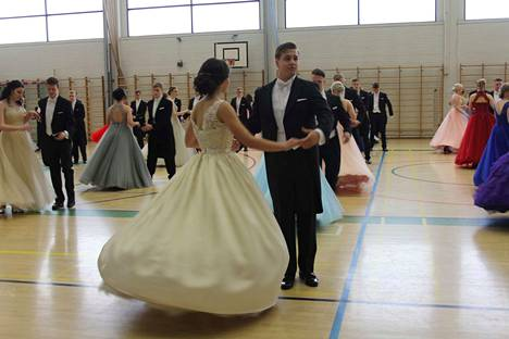 Lukion vanhojentansseja tanssitaan tänään perjantaina. Kuva Vammalan lukion tanssiaisista vuosi sitten.