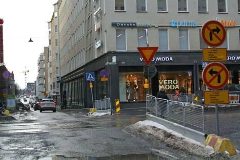 Taksi Tampereen auto odotti matkustajaa Aleksanterinkadulla. Muuta liikennettä ei juuri ollut ja kuljettaja näki peruutuspeilistään, jos Aleksanterinkatua pitkin olisi tullut hälytysajoneuvo.
