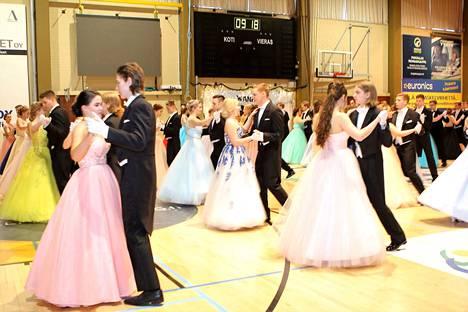 Vanhojen tansseissa esitettävät tanssit vaihtelevat kouluittain.