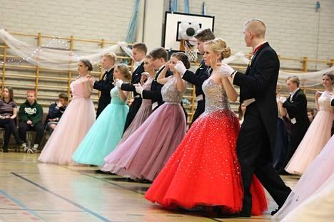 Jämsän lukion vanhojen tansseihin osallistui yhteensä 48 paria.