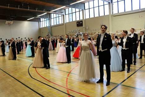 Odotettu päivä koitti Jämsän lukion kakkosille perjantaina heti aamusta. Vanhojen tansseissa tanssii tänä vuonna 48 paria.