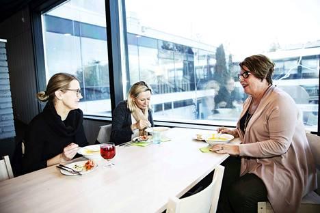 Anna Hjort-Röntynen, Päivi Leppänen ja Pirjo Stensblom kertovat makumieltymyksistään. Pirjo antoi juttuvinkin ravintola Välkkeestä ja hän ehti mukaan lounasseuraksi meille.