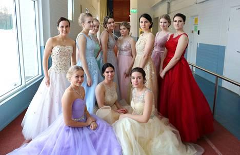 Tänä vuonna tyttöjen kovassa suosiossa olivat kimaltavat vaaleansävyiset mekot, joissa on olkaimet.