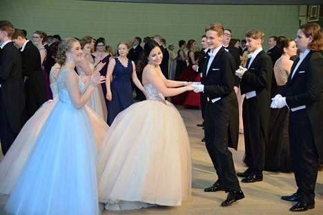 Vanhojen tanssit Tietotien lukiossa.