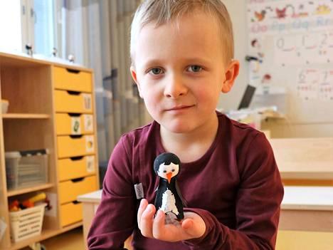 Lukas Venäläinen on askarrellut päiväkodissa pingviinin.