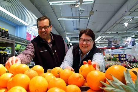 """K-Supermarket Torikeskuksen kauppias Katri Heinisuo neuvoo kesätyönhakijoita tulemaan reippaasti paikan päälle käymään. """"Ei pidä lannistua, vaikka ei ensimmäisellä kerralla pääse"""", Heinisuo vinkkaa."""